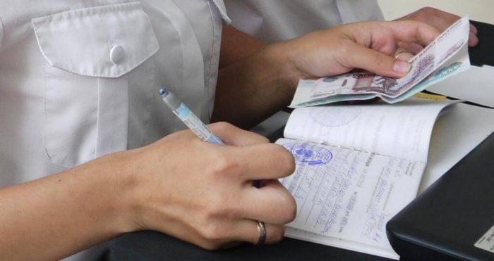 Судебные приставы сняли деньги с карты: как вернуть